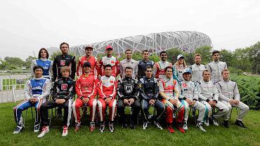 13 września w Pekinie odbył się pierwszy wyścig E-Formuły, czyli rywalizacji w 100-procentach elektrycznych bolidów. Triumfował Brazylijczyk Lucas Di Grassi. A oto bohaterowie nowego motosportu. <br> Siedzą od lewej: Takuma Sato (Japonia/Amlin Aguri), Charles Pic (Francja/ Andretti), Lucas Di Grassi (Brazylia/Audi), Ho-Pin Tung (Chiny/China Racing), Oriol Servia (Hiszpania/ Dragon), Sebastian Buemi (Szwajcaria/ E.Dams-Renault), Bruno Senna (Brazylia/Mahindra), Jarno Trulli (Włochy/ Trulli), Stephane Sarrazin (Francja/Venturi), Sam Bird (Wielka Brytania/Virgin).<br> Stoją od lewej: Katherine Legge (Wielka Brytania/Amlin Aguri), Franck Montagny (Francja/Andretti), Daniel Abt (Niemcy/Audi), Nelson Piquet Jr. (Brazylia/China Racing), Jerome d'Ambrosio (Belgia/Dragon), Nicolas Prost (Francja/E.Dams-Renault), Karun Chandhok (Indie/Mahindra), Michela Cerruti (Włochy/Trulli), Nick Heidfeld (Niemcy/Venturi), Jaeime Alguersuari (Hiszpania/Virgin).