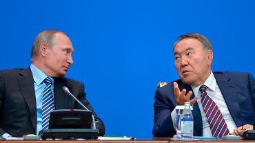 Władimir Putin i Nursułtan Nazarbajew. Putin zwrócił Kazachom czaszkę ich bohatera narodowego
