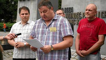 Adwokat Dariusz Szyndler (w środku) podczas konferencji komitetu Wielkopolska Prawica