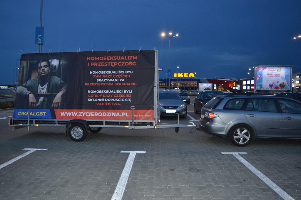 Homofobiczne billboardy przed Ikeą w Lublinie