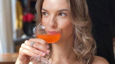 """""""Ślub od pierwszego wejrzenia"""". Oliwia na plaży pije wino i zajada truskawki. Towarzyszy jej ktoś jeszcze. To randka?"""