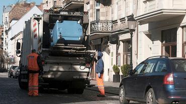 Wywóz odpadów ze Starego Miasta. Zdjęcie ilustracyjne