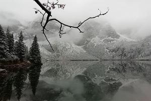 W Tatrach już zima. Turyści zachwyceni bajkowymi widokami na zaśnieżone Morskie Oko [ZDJĘCIA]