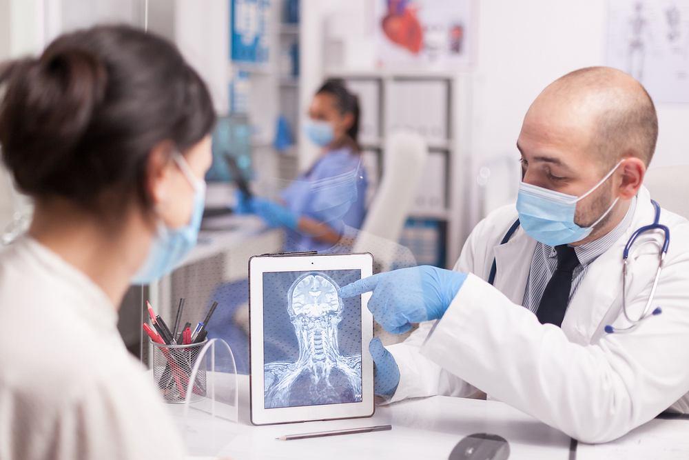 Osoby, które przeżyły COVID-19, mogą doświadczyć utraty tkanki mózgowej
