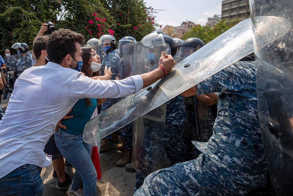Liban. Protest przed siedzibą Ministerstwa Energii i Wody, 4 sierpnia 2020 r.