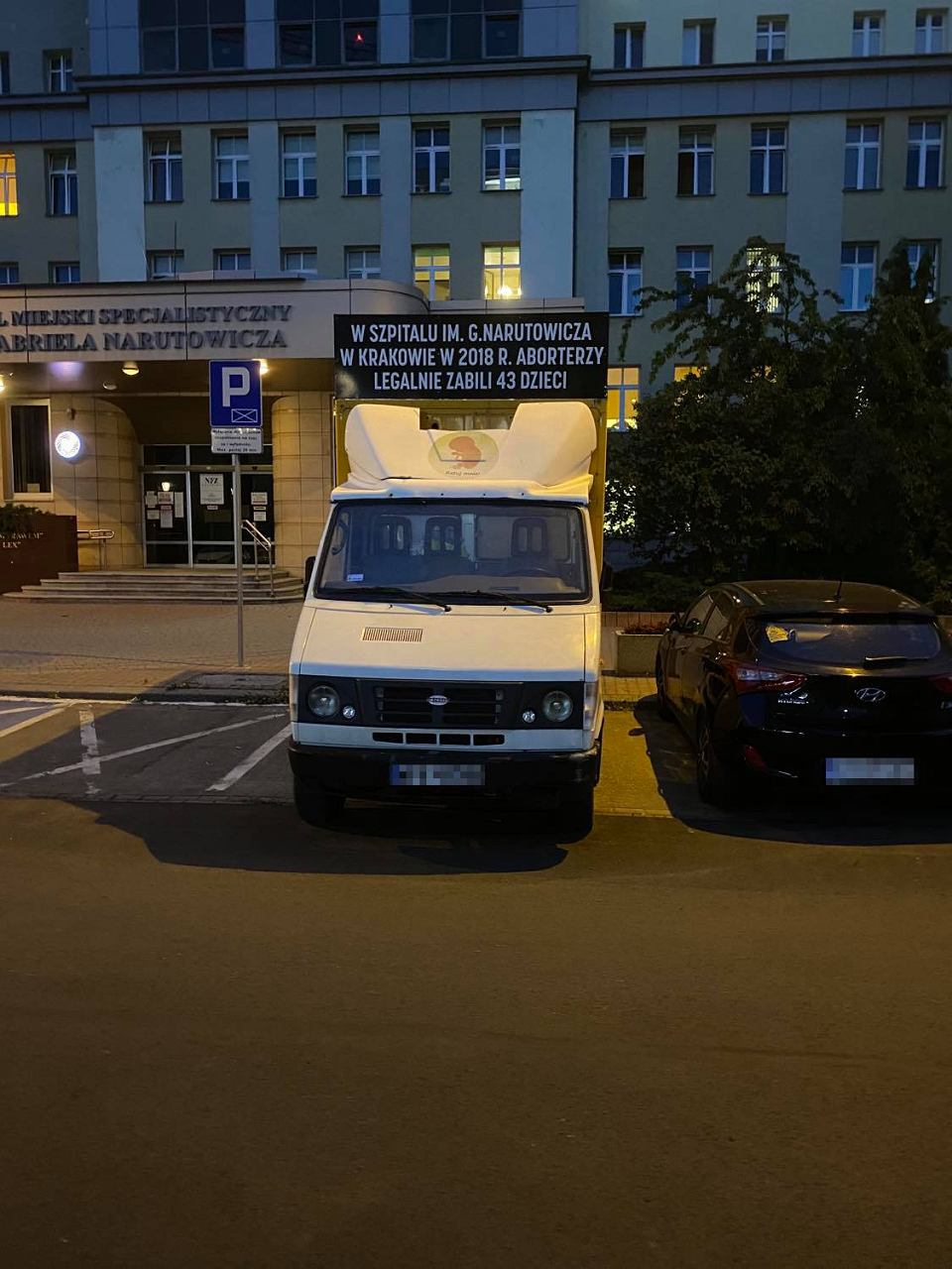 'Samochód antyaborcyjny' parkujący przed Szpitalem Gabriela Narutowicza zlokalizowanym przy ulicy Prądnickiej 35-37 w Krakowie