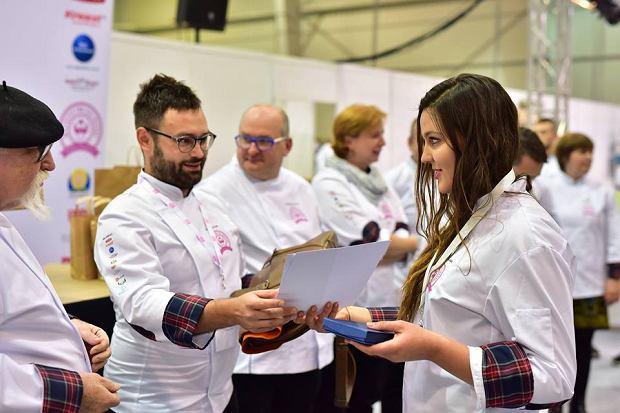 Julia Sawicka odbiera nagrodę za zajęcie 2. miejsca