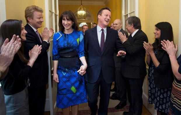 Premier Wielkiej Brytanii David Cameron oklaskiwany przez współpracowników, kiedy z żoną Samanthą pojawił się w piątek w siedzibie brytyjskiego premiera na Downing Street 10 w Londynie