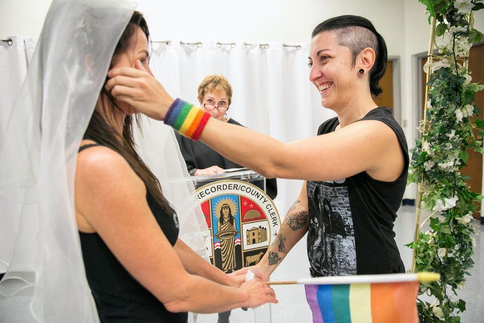 Natalie Novoa wyciera łzę z policzka Eddie Daniels podczas ceremonii ślubnej w urzędzie stanu cywilnego w Beverly Hills, 26 czerwca 2015 r.