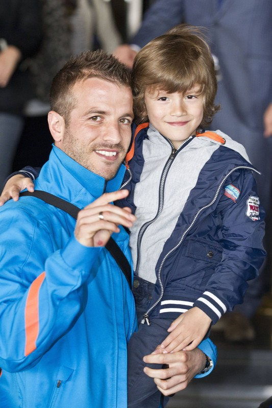 Bildnummer: 10688900  Datum: 17.05.2012  Copyright: imago/VI Images  Rafael van der Vaart and his son Damian Holland Euro 2012 2011/2012 xVIxLeoxVogelzangxIVx PUBLICATIONxINxGERxSUIxAUTxHUNxPOLxJPNxONLY 953071; Fussball Nationalteam Holland Trainingslager privat Shooting Aufmacher x1x xkg 2012 hoch     Image number 10688900 date 17 05 2012 Copyright imago VI Images Rafael van the Vaart and His Sun Damian Holland Euro 2012 2011 2012  PUBLICATIONxINxGERxSUIxAUTxHUNxPOLxJPNxONLY  Football National team Holland Training camps Private Shooting Highlight x1x xkg 2012 vertical