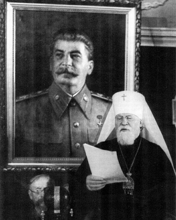 Patriarcha Moskwy i całej Rusi Aleksiej I na tle portretu Stalina. Stał na czele Rosyjskiej Cerkwi Prawosławnej przez 25 lat, najdłużej w historii.