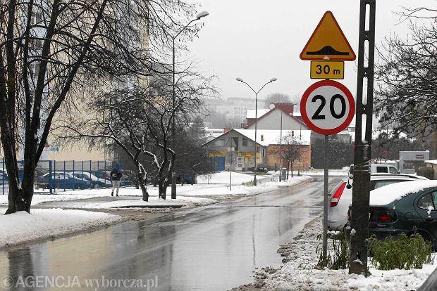 Kielce, ul. Śląska. Znaki informujące o ograniczeniu prędkości oraz progu zwalniającym