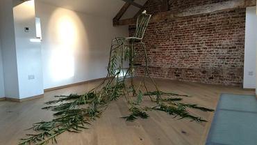 Krzesło ze sprasowanych liści