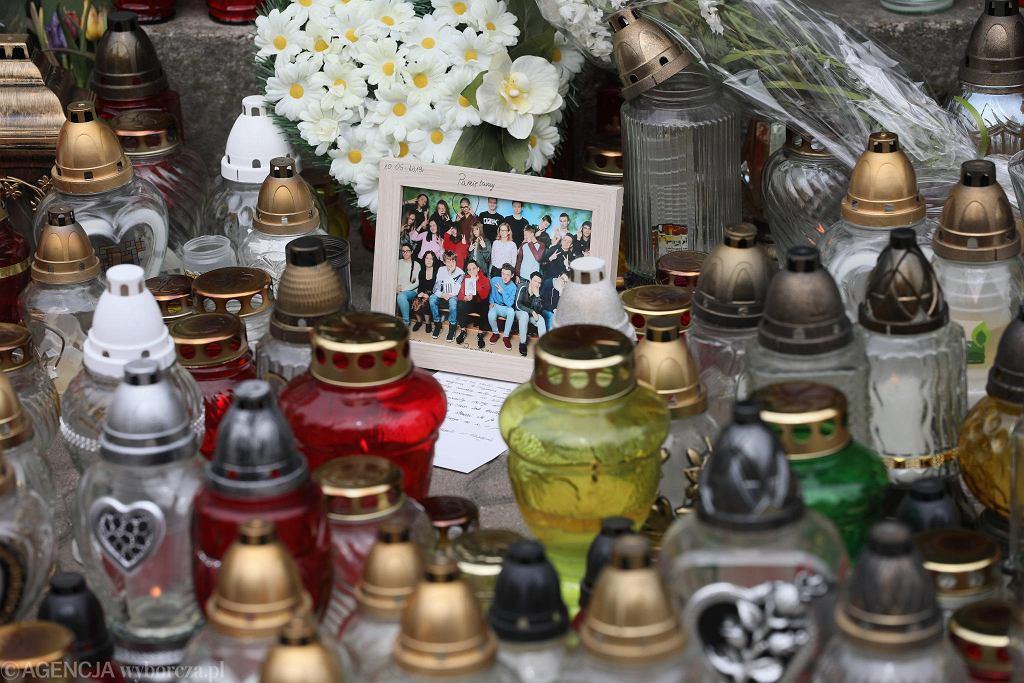 Znicze ustawione na miejscu tragedii w szkole w Wawrze