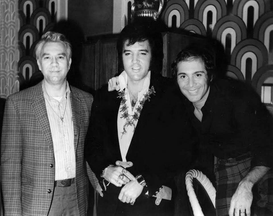 Elvis Presley, Bill Porter, Paul Anka na backstage'u w Las Vegas Hilton, 5 sierpnia 1972