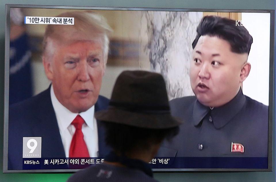 Donald Trump i Kim Dżong Un na ekranach telewizorów zainstalowanych na dworcu kolejowym w Seulu.