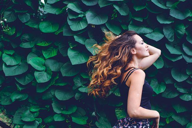 Kręcone włosy. Jak o nie dbać? Sposoby na idealne loki