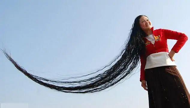 Xie Qiuping z Chin ma najdłuższe włosy świata. Ich umycie zajmuje jej dwie godziny.