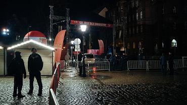 Policja na Targu Węglowym, za sceną WOŚP - po ataku nożownika na prezydenta. Gdańsk, 13 stycznia 2018