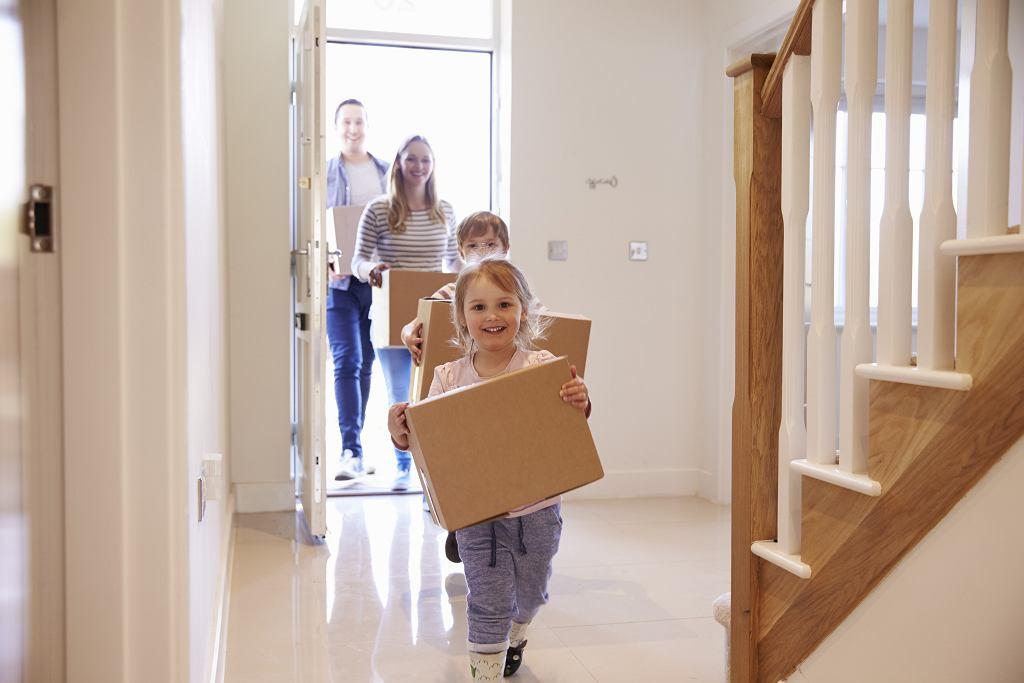 Kobieta znalazła pudełka i torby przed wejściem do domu