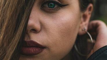 Cera trądzikowa a makijaż