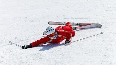 Jeśli po upadku na nartach noga leży w nienaturalnej pozycji, może to sygnalizować złamanie lub poważne skręcenie stawu