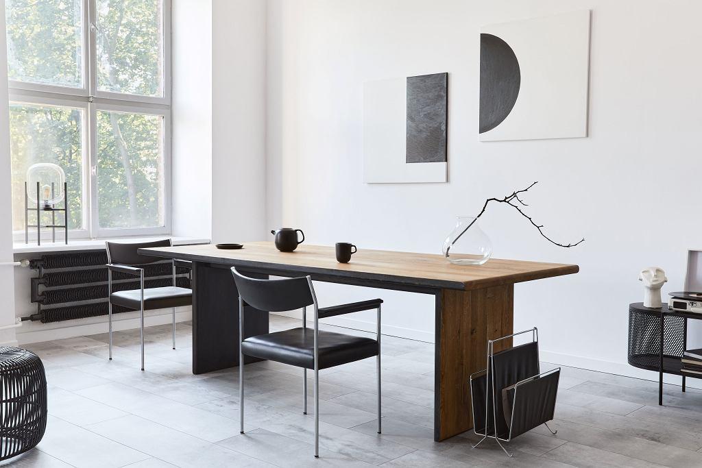 Stół drewniany.