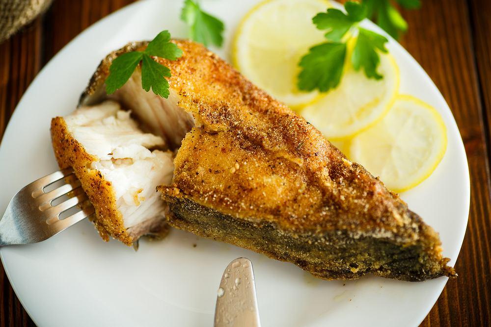 Szczupak smażony najlepiej smakuje z ryżem lub ziemniakami i surówką z kiszonej kapusty