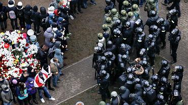 Funkcjonariusze sił specjalnych blokują zgromadzenie ku czci 31-letniego Romana Bandarenki, który zmarł dotkliwie pobity przez tajniaków i milicjantów, Mińsk, 15 listopada 2020 r.