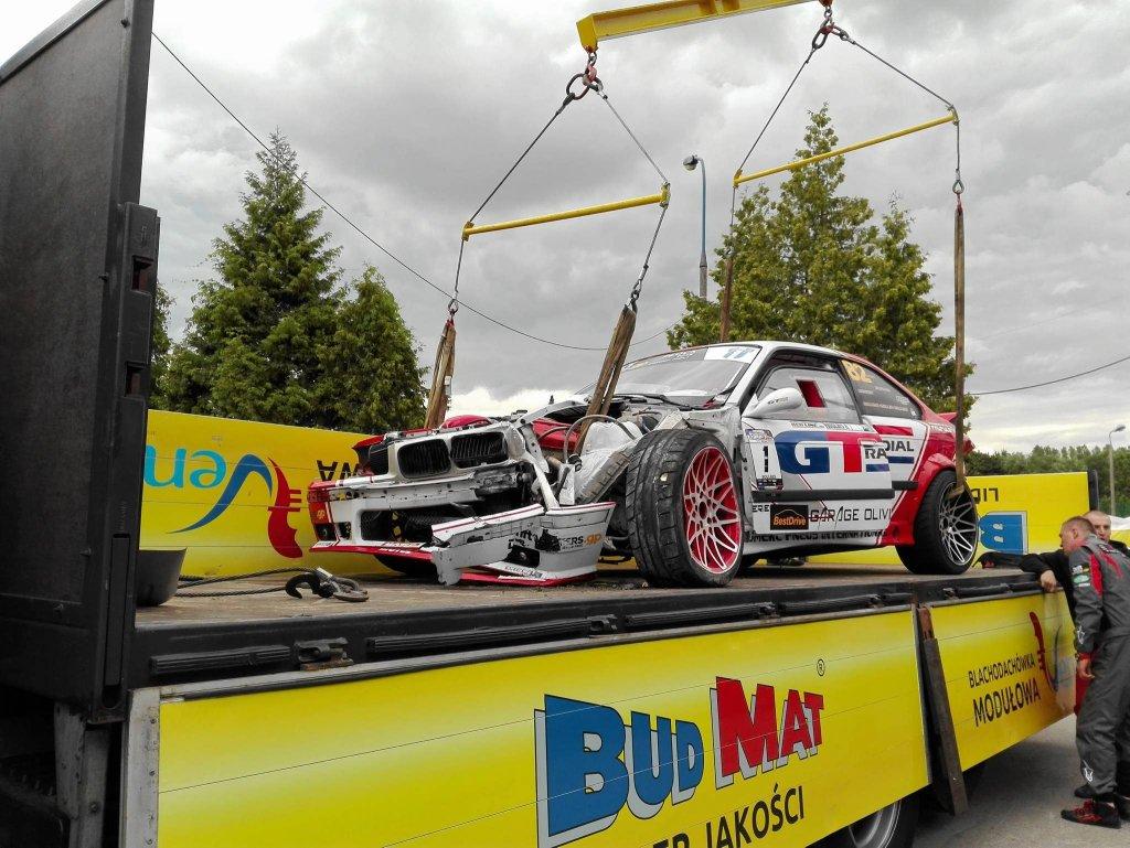 Rozbite bmw mistrza Francji - wszystko wskazuje na to, że nie nadaje się już do jazdy; Benjamin Boulbes będzie musiał pożyczyć auto od innego kierowcy