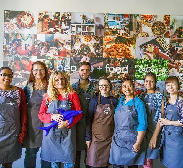 Marta Bradshaw (trzecia od lewej) i pasjonaci gotowania