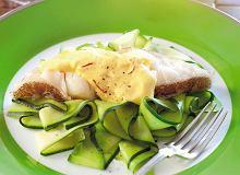 Medaliony rybne na cukiniowym spaghetti z sosem szafranowym - ugotuj