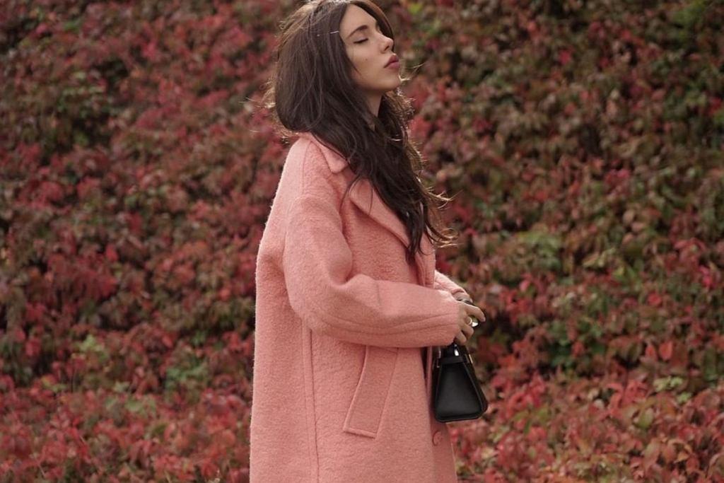 Różowe płaszcze wyglądają bardzo kobieco i pasują niezależnie od twojej urody!