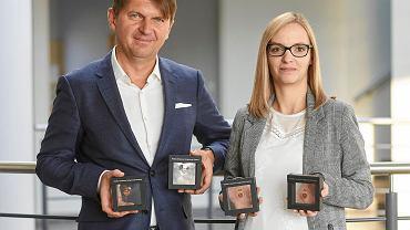 Jarosław Peczka, właściciel firmy Bio-Gen, od kilku lat licytuje Złote Serduszka WOŚP i już drugi rok z rzędu je wygrywa. Na zdjęciu z Ewą Kaniowicz, prezes firmy.
