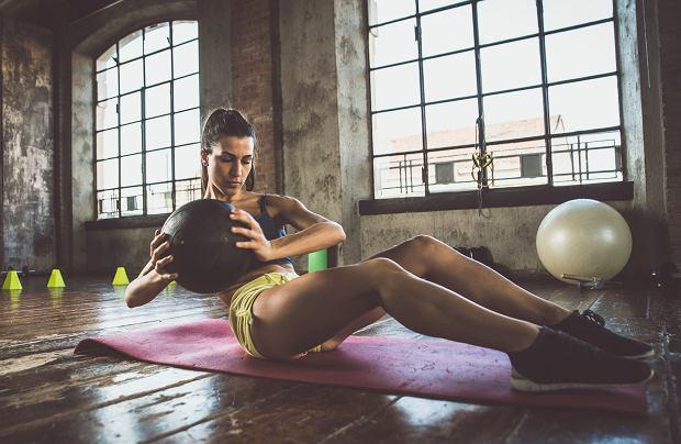 Trening można wykonywać w domu lub na siłowni.