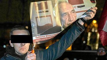 Jacek M. podczas palenia zdjęcia premiera Tadeusza Mazowieckiego na demonstracji narodowców w grudniu 2018 r.