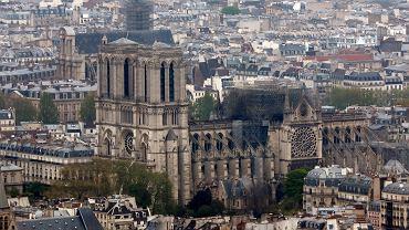 Notre Dame po ugaszeniu pożaru, widziana z wieży na Montparnasse. Paryż, 16 kwietnia 2019 r.