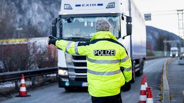 W niedzielę Niemcy jednocześnie z tego samego powodu zamknęli też granicę z Czechami. Wjechać do kraju mogą tylko osoby zameldowane w Niemczech albo posiadające zezwolenie na pobyt, po okazaniu podczas kontroli granicznej zaświadczenia o negatywnym wyniku testu.