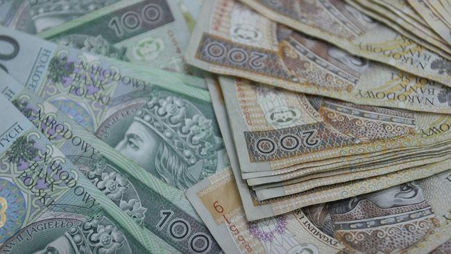 """Bank podbił """"ostateczną ofertę"""". Daje już 1000 zł, żeby tylko klienci od niego odeszli"""