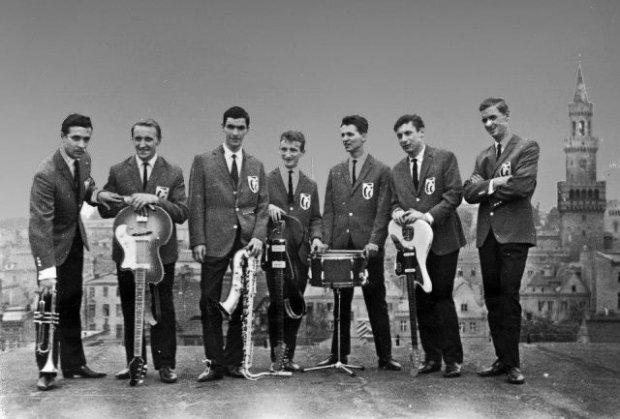 Czerwono-Czarni na koncercie w Opolu w 1964 roku (od lewej): Maciej Kossowski, Wiesław Katana, Zbigniew Bizoń, Wiesław Bernolak, Jan Knap, Piotr Puławski i Józef Krzeczek