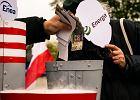 Demonstranci zmielili pieniądze przed Spodkiem w Katowicach. W maskach ministra Tchórzewskiego
