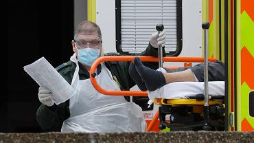 31.03.2020 Wielka Brytania, Londyn. Transport chorego z podejrzeniem zakażenia koronawirusem.