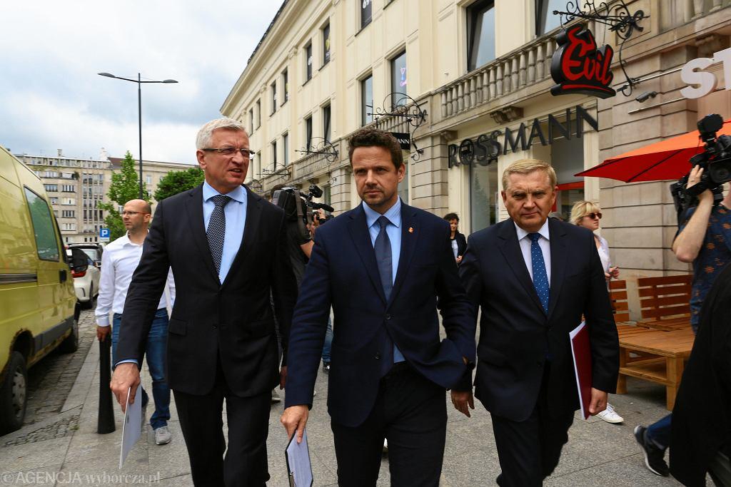 Prezydenci Poznania Jacek Jaśkowiak, Warszawy Rafał Trzaskowski i Białegostoku Tadeusz Truskolaski w drodze do Ministerstwa Finansów.