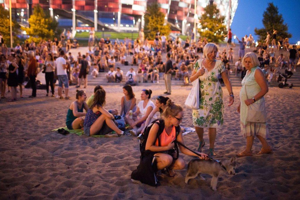 Miejskie Granie - publiczność zgromadzona na plaży nieopodal Stadiony Narodowego. Tego dnia gwiazdą wieczoru była Natalia Przybysz