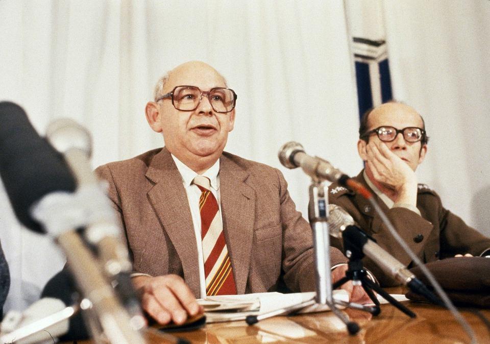 Rzecznik Rządu Jerzy Urban i Wiesław Górnicki podczas stanu wojennego, Warszawa 1982.
