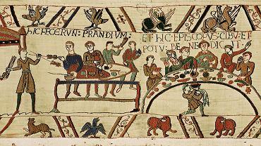 Fragment powstałej pod koniec XI w. tkaniny z Bayeux - po lewej stronie widać przedstawienia uczt: rycerze objadający się mięsnymi przysmakami oraz biskup błogosławiący jedzenie i napitek.