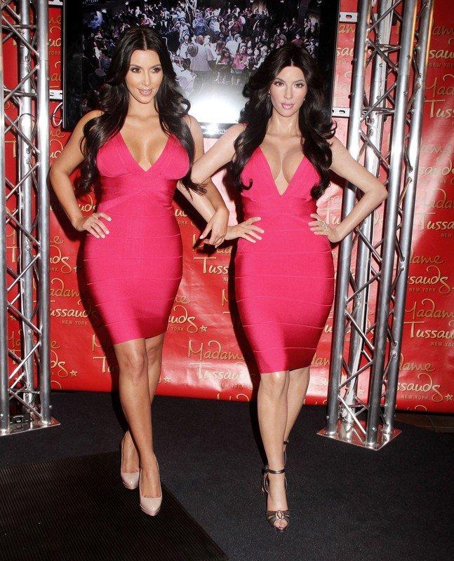 2010 r.: Kim Kardashian i jej woskowa figura w nowojorskim Madame Tussauds. Obie ubrane w sukienki Herve Leger