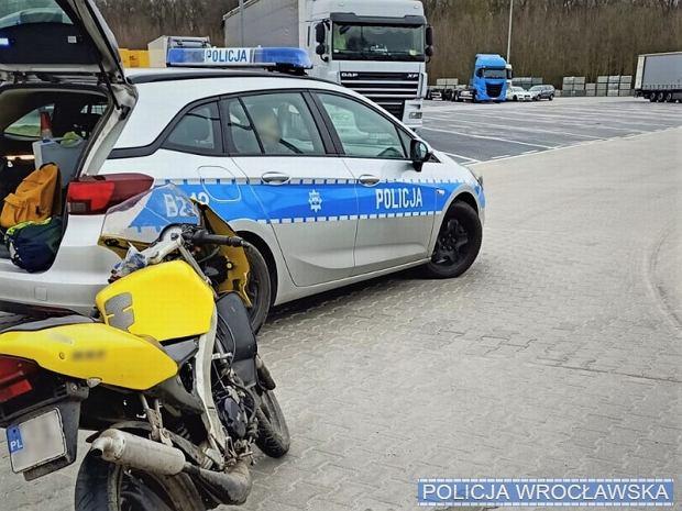 Motocyklista, który za nic ma niebezpieczeństwo został zatrzymany we Wrocławiu. Brak kasku to nie jedyne zmartwienie