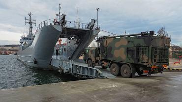 Załadunek techniki wojskowej z Morskiej Jednostki Rakietowej z Siemirowic na pokład ORP Gniezno z 2. Dywizjonu Okrętów Transportowo-Minowych ze Świnoujścia.