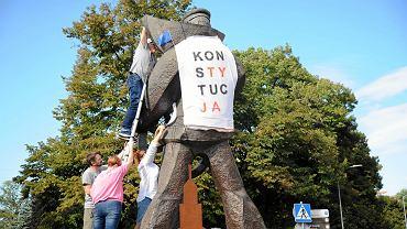 Niedziela. Ponowne ubieranie Marynarza w koszulkę z napisem 'konstytucja'